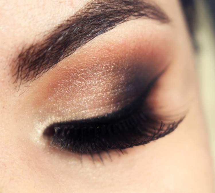 Olhos esfumados é um dos truques de maquiagem que enlouquecem os homens