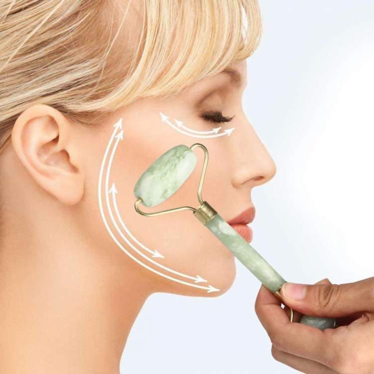 Passar o rolo no rosto é um dos truques para potencializar a ação hidratante dos cosméticos