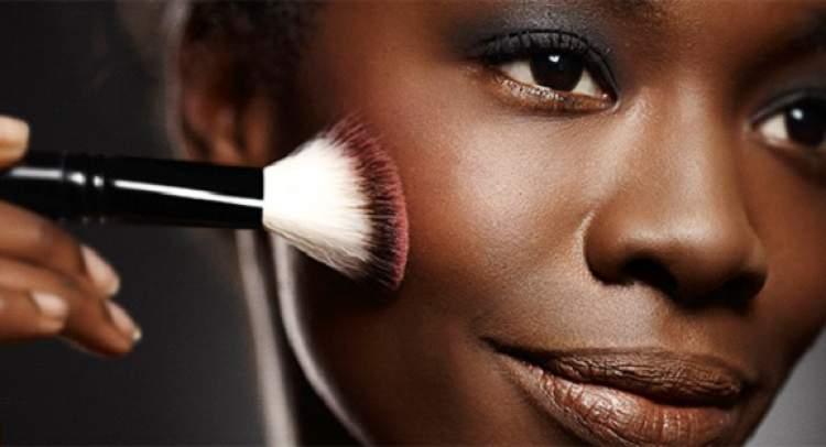 Blush na maquiagem para quem tem a pele negra