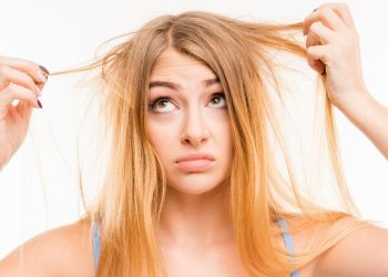 Como tirar o tom alaranjado do cabelo loiro