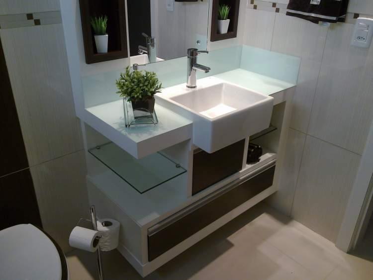 Gabinete para deixar um banheiro pequeno mais espaçoso