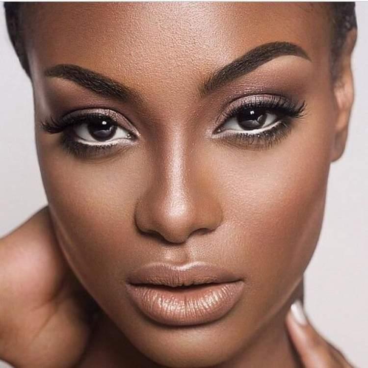Maquiagem para quem tem olhos castanhos: Lápis na linha d'água do olho