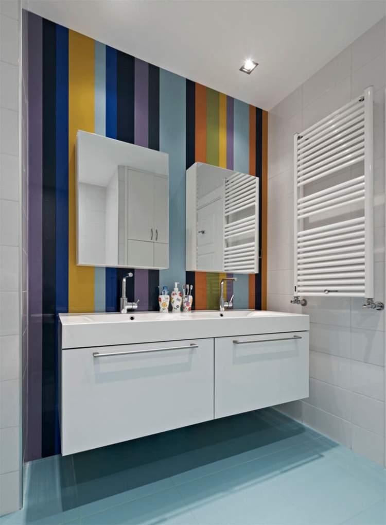 Parede colorida para deixar um banheiro pequeno mais espaçoso