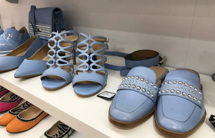 O azul entre as tendências em calçados para o verão 2018