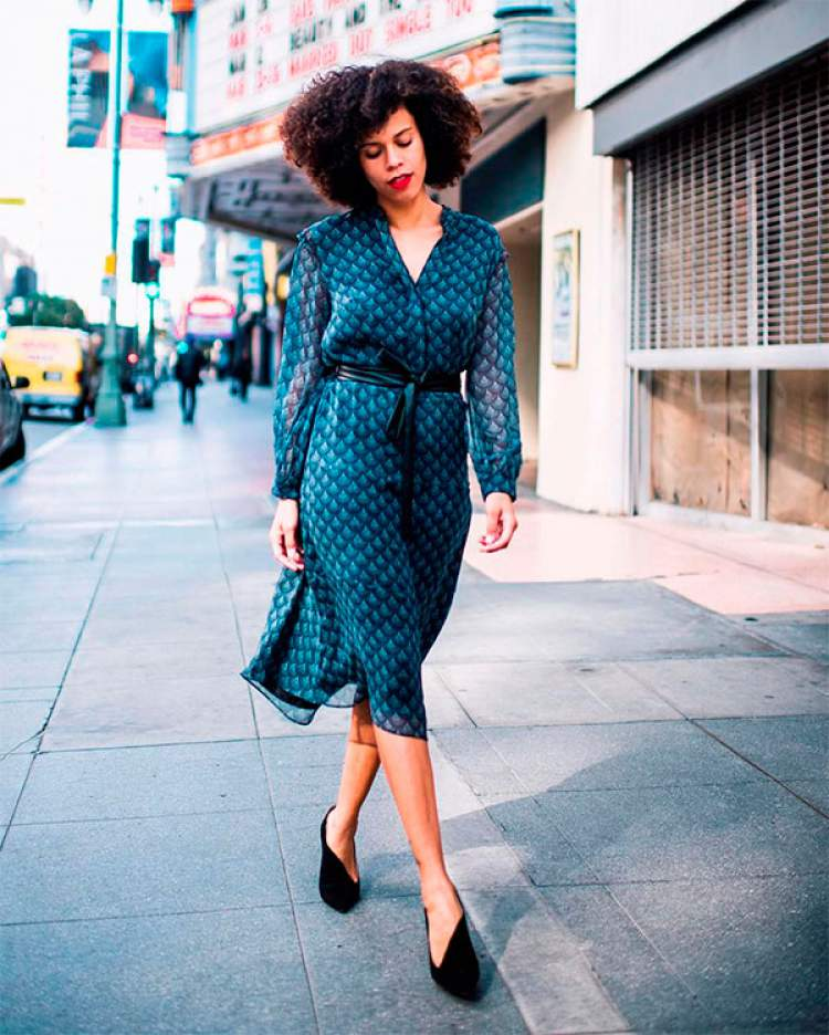 Vestido mídi de tecido leve para criar um look fresquinho e elegante para trabalhar no verão