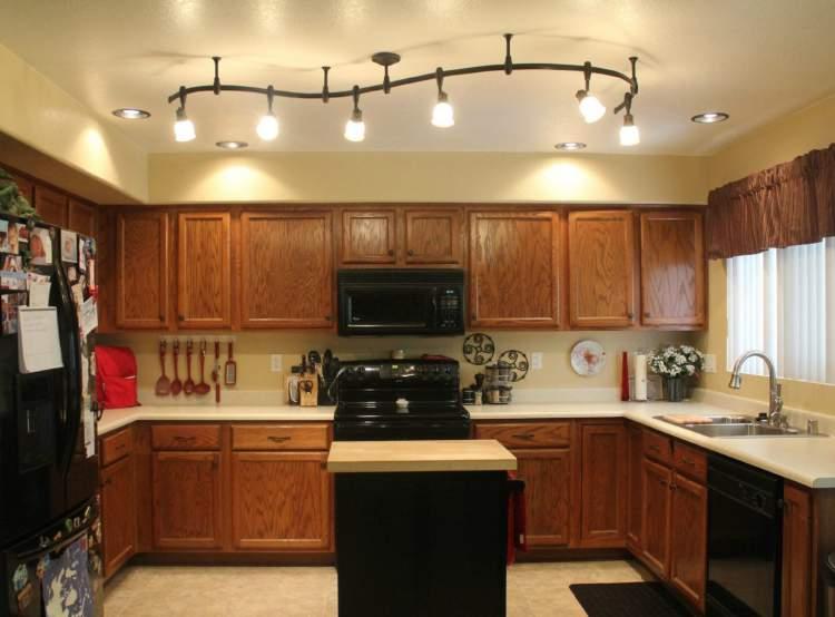 Cozinha pequena com boa iluminação