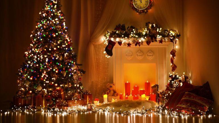 Decoração de Natal, dentro de casa, à noite