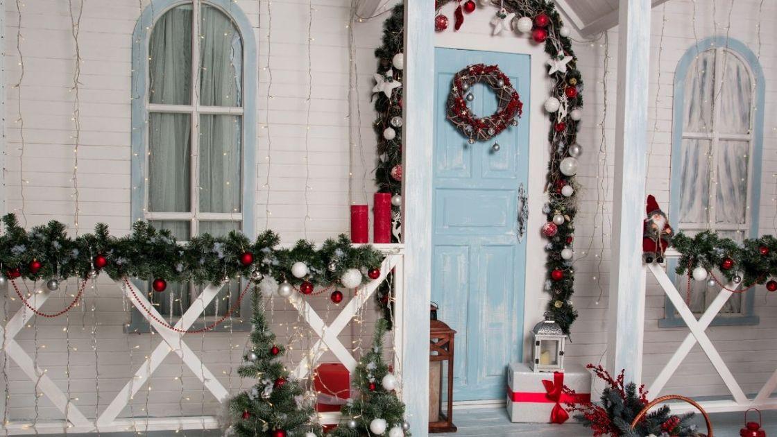 Porta externa da casa enfeitada para o Natal