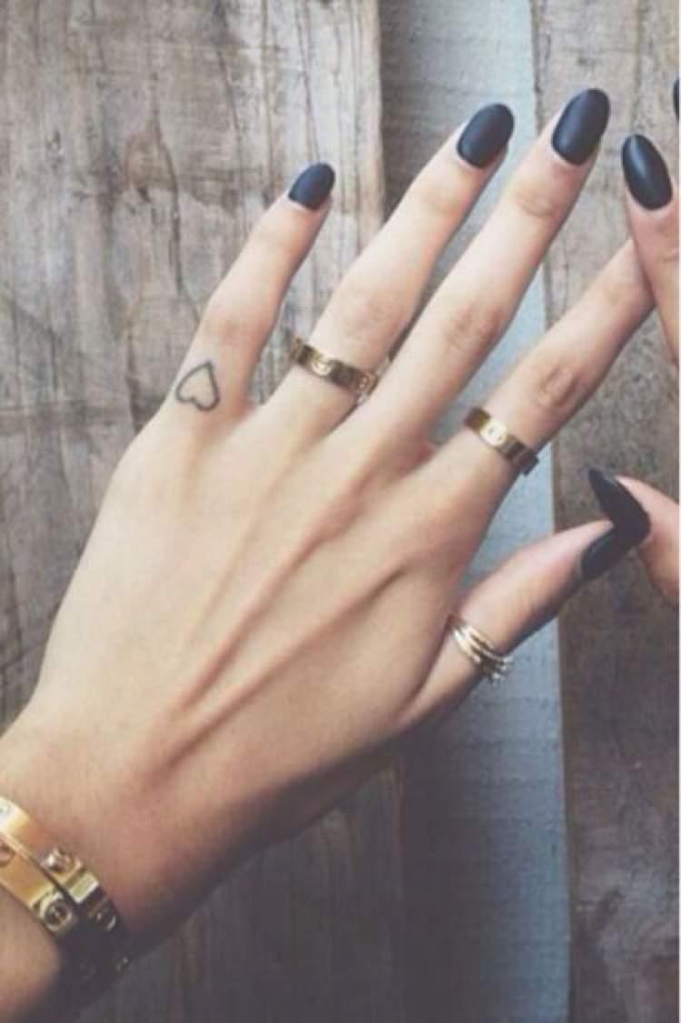 Ideia de tatuagem delicada no dedo da mão