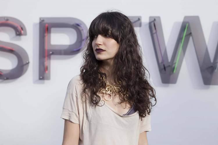 Corte com franja superlonga é uma das ideias de cortes de cabelo longo