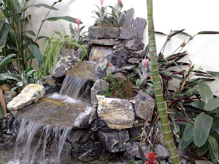 Fonte de água estilo cachoeira