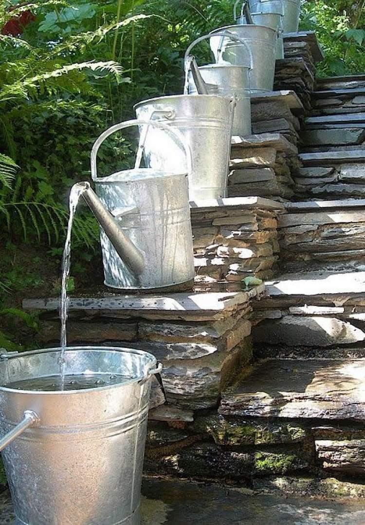 Fonte de água na escada
