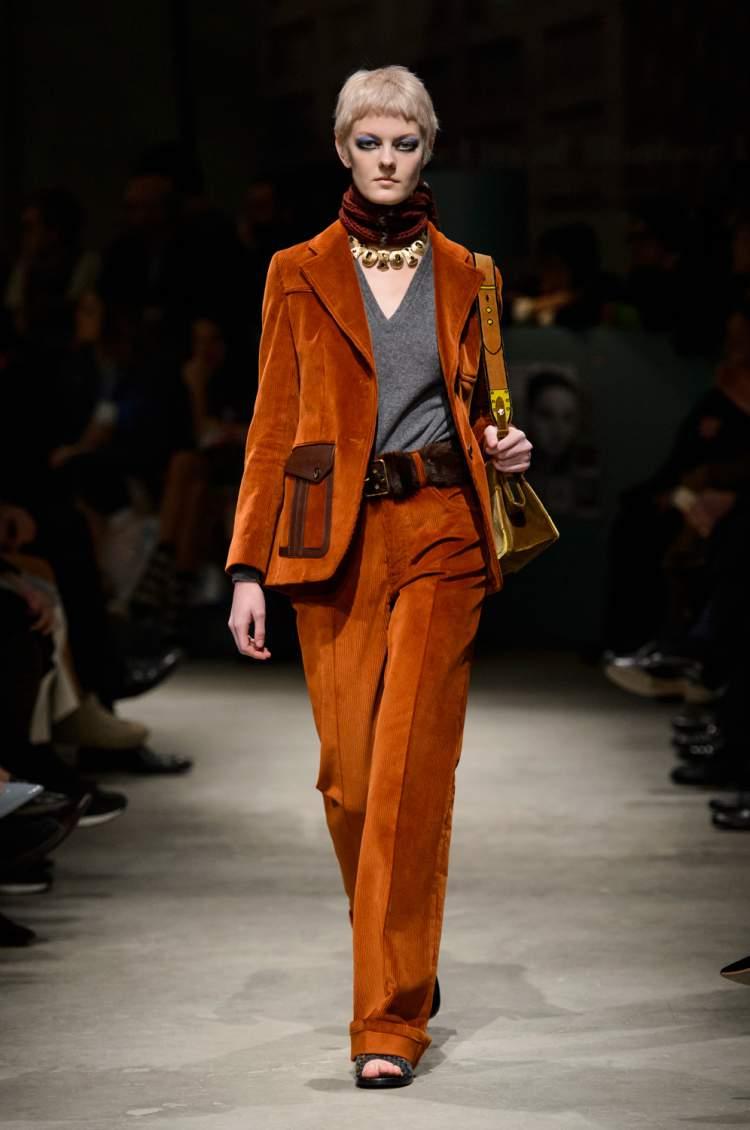 Veludo cotelê é uma forte tendência da moda para o inverno 2018