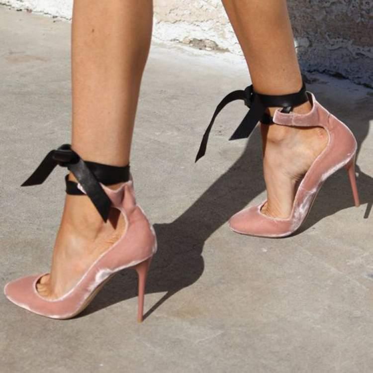 Textura de veludo molhado é uma das tendências em calçados no inverno 2018