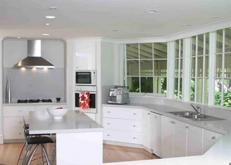 As cozinhas pequenas e funcionais podem parecer maiores visualmente com janelas grandes