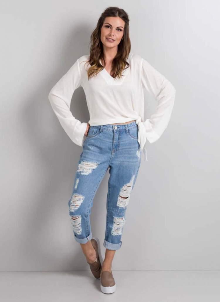 Para a primavera 2018 recomendamos que você adicione ao seu guarda-roupa peças com mais atitude como as calças destroyed