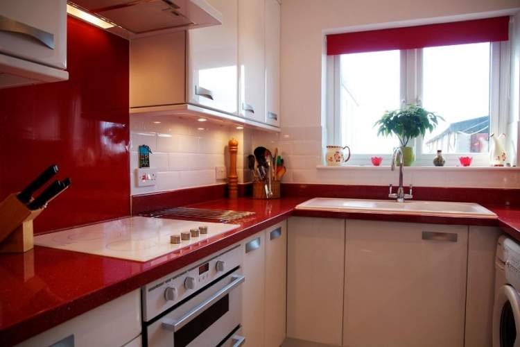 Cozinha em vermelho e branco