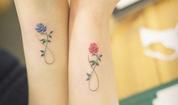 Tatuagem para mãe filha: infinito com flor