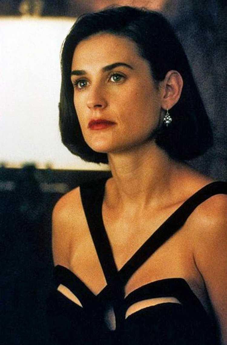 Dem -Moore usando vestido preto no filme Proposta Indecente