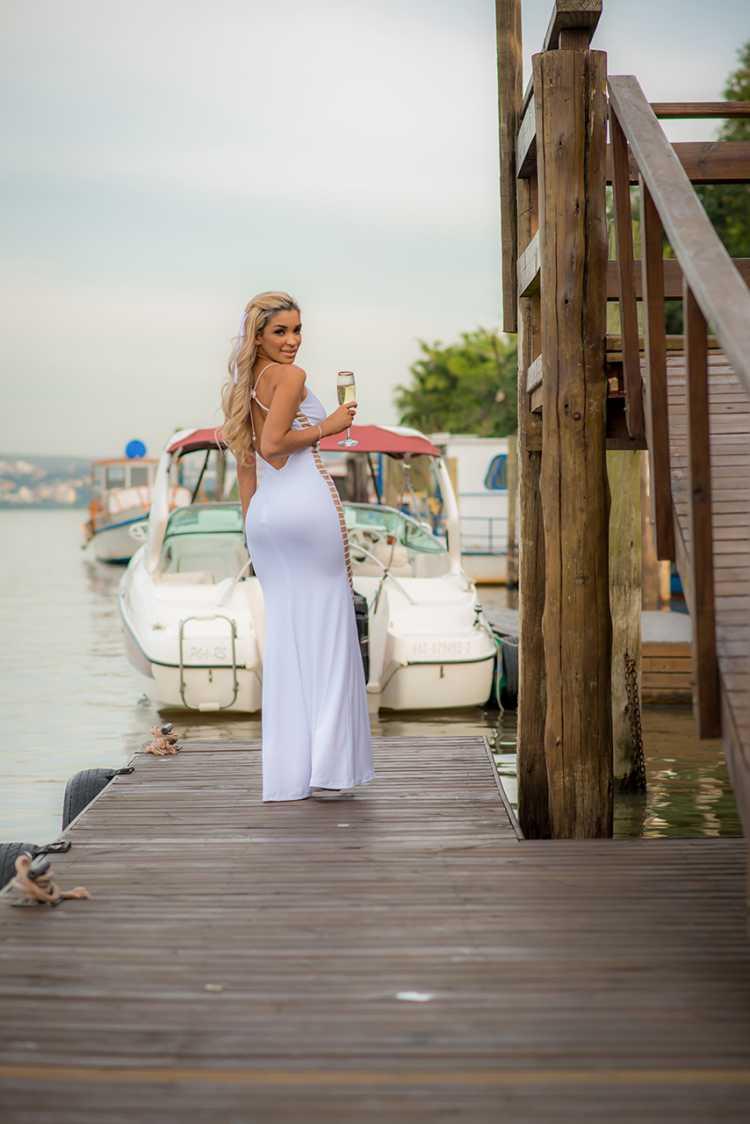 Foto da modelo Ana Torres usando um vestido branco sexy