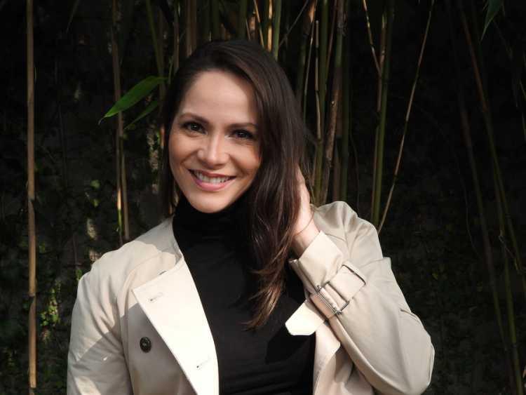 A atriz Priscilla Olyva usando trench coat