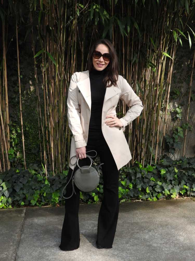 Look total black com trench coat básico na cor creme