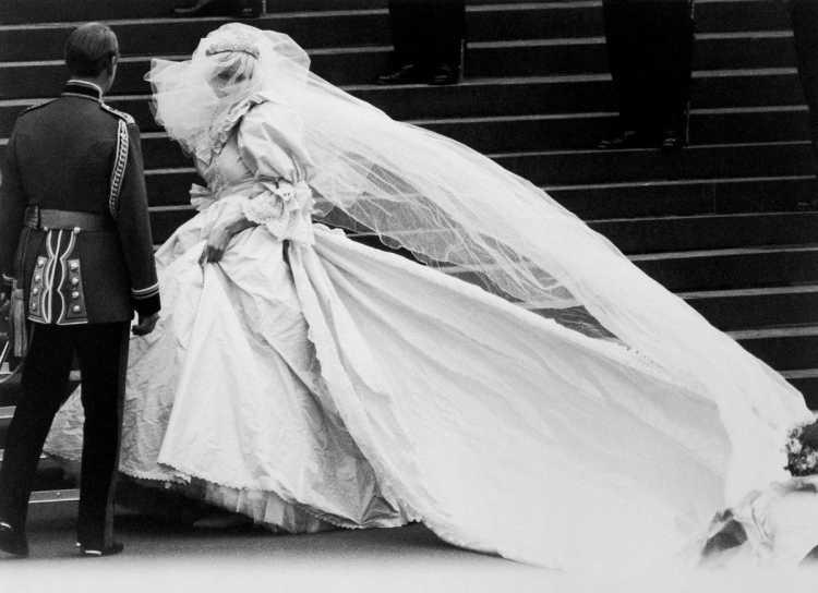 O véu do vestido de noiva da princesa Diana foi considerado o mais longo de toda história