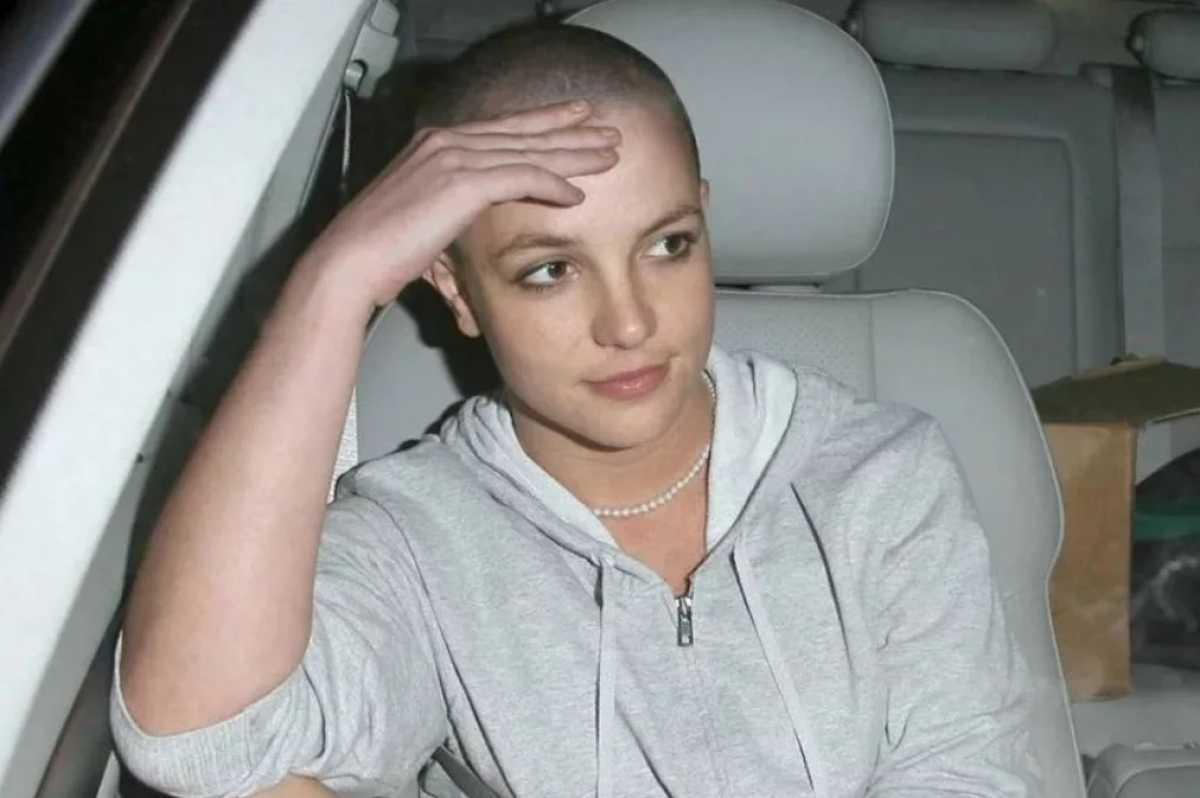 A pop star Britney Spears com a cabeça raspada