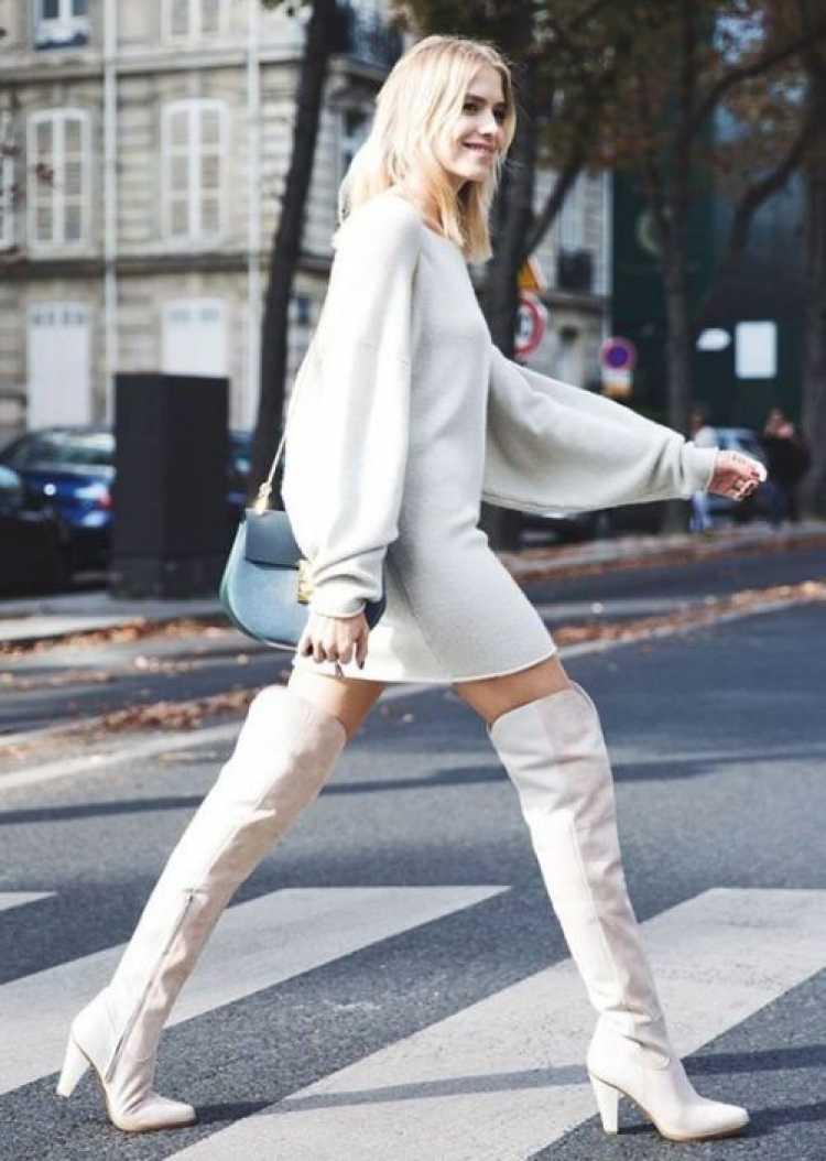 Look monocromático com bota branca de cano alto