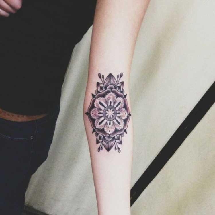 imagem de uma tatuagem feminina