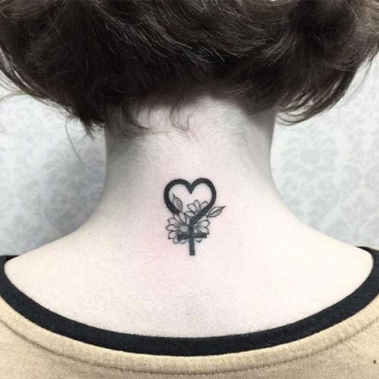 Modelo de tatuagem feminina para trás do pescoço