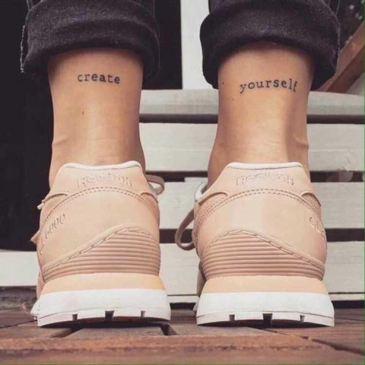 Tatuagem feminina com palavras que se completam
