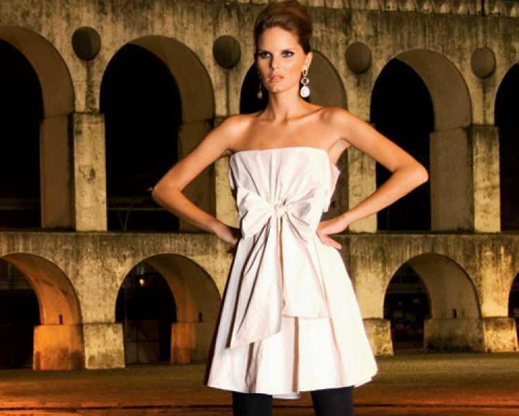 Mulher usando vestido com laço