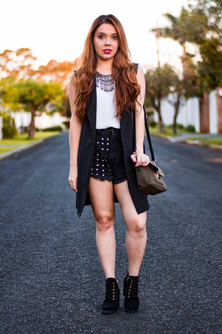 Shorts com máxi colete é uma das inspirações para quem gosta de usar shortinhos no verão