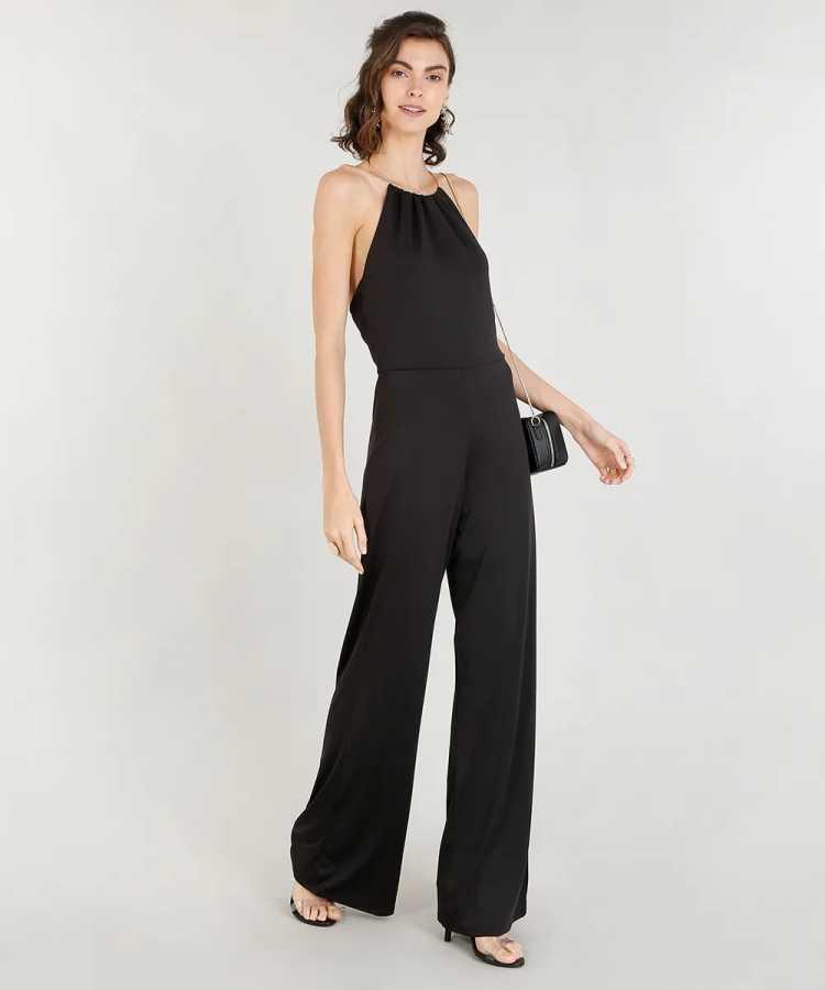 Macacão é uma das opções para usar roupa preta no verão sem passar calor