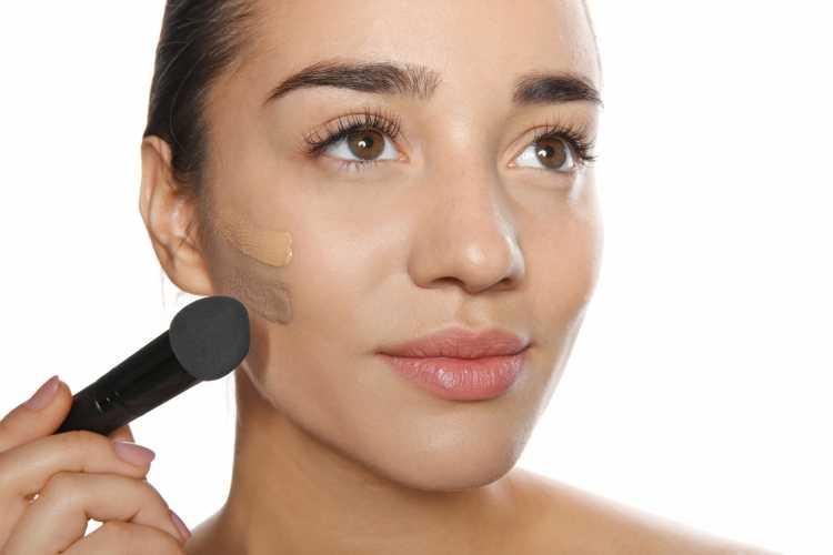 aplicar base corretamente é um dos truques para a maquiagem perfeita de Carnaval