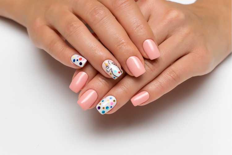 bolihas coloridas em algumas unhas imitam unha decorada de confete