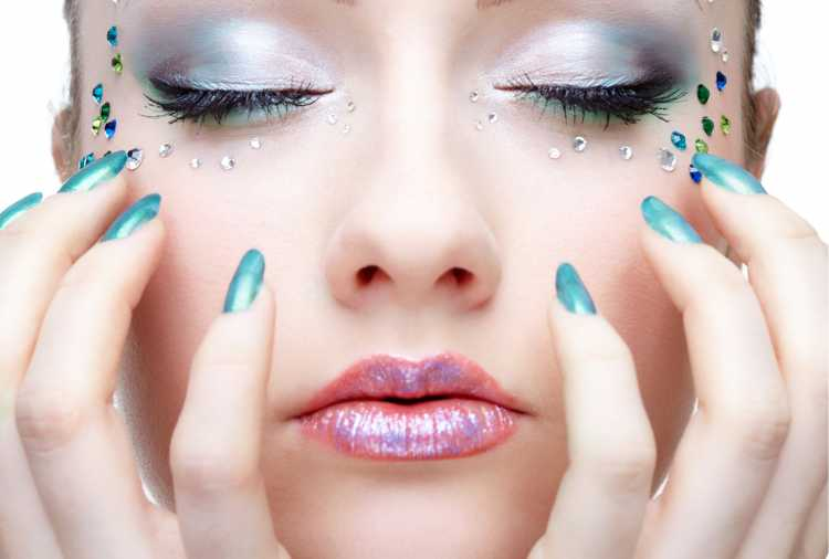 colar cristais corretamente é um dos truques para a maquiagem perfeita de Carnaval