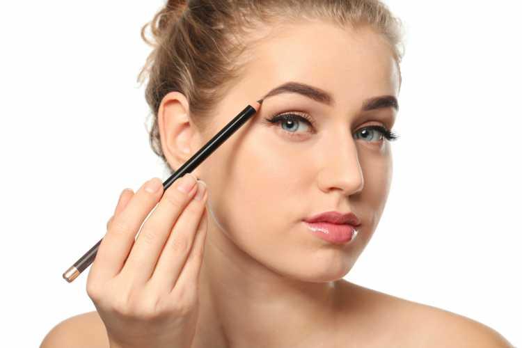 preencher a sobrancelha é um dos truques para a maquiagem perfeita de Carnaval