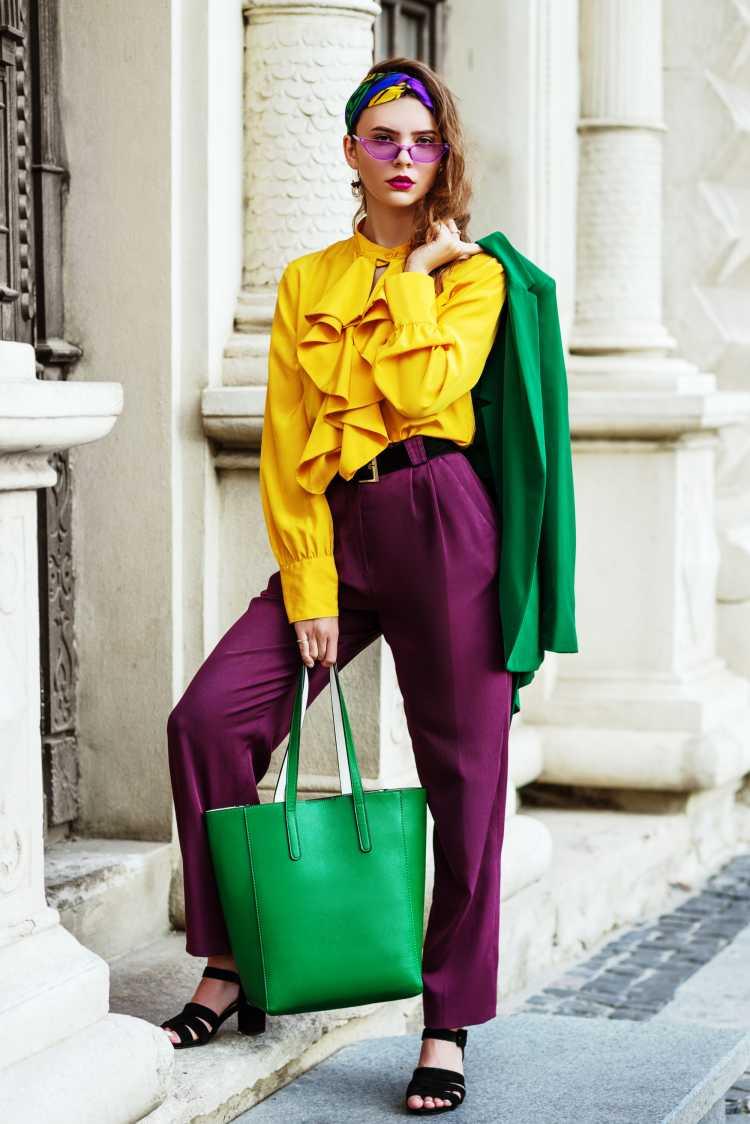 Looks com Mix de Cores com blusa amarela e calça roxa