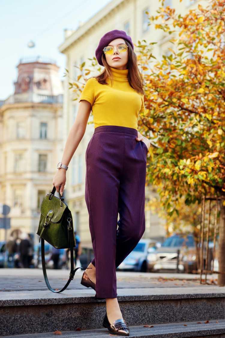 Looks com Mix de Cores com blusa amarela e calça violeta