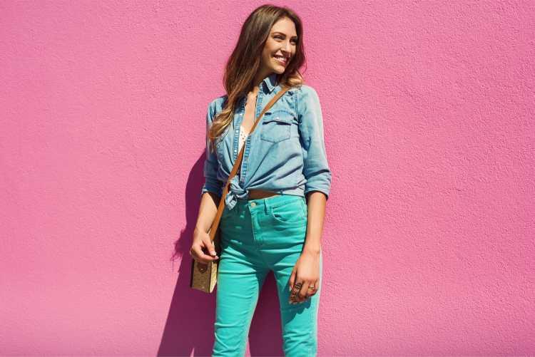 Looks com Mix de Cores com blusa jeans azul e calça verde