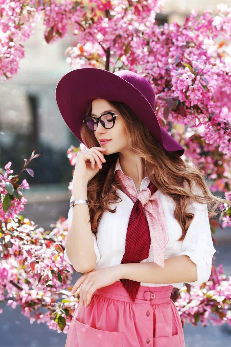 Looks com Mix de Cores com saia rosa e lenço violeta e rosa