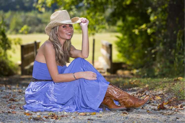 vestido azul estilo boho com bota