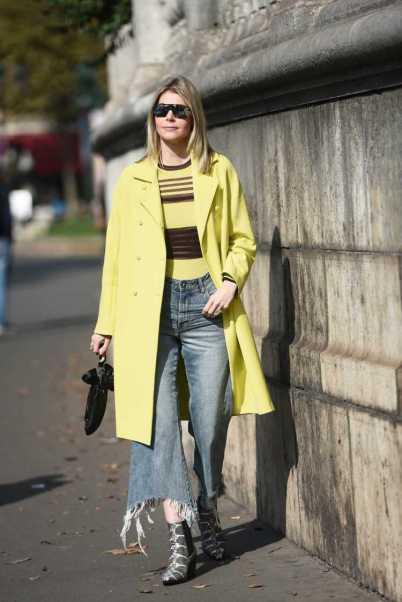 Bota country com calça jeans e casaco amarelo
