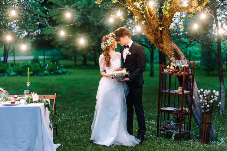Casal de noivos celebrando o casamento em casa
