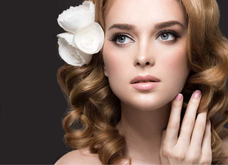 Maquiagem para noiva com flor cabelo