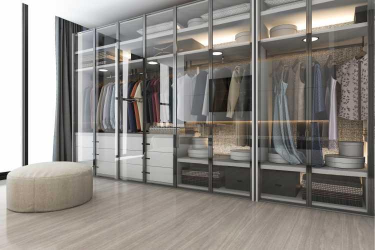 closet moderno com portas dos armários em vidro