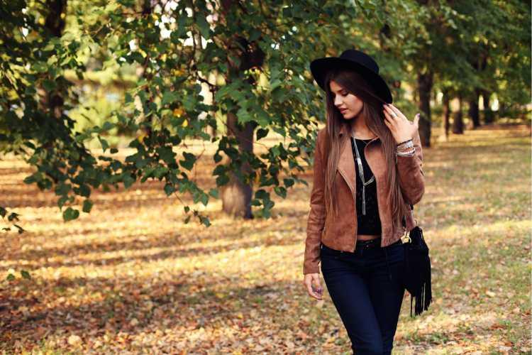 estilo cowgirl com casaco de camurça marrom