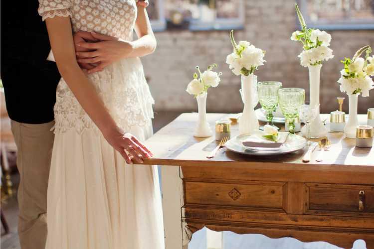 mesa de casamento com flores simples